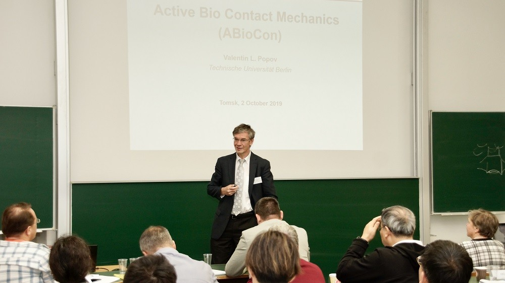 Professor Valentin Popov during the contact mechanics workshop @TU Berlin